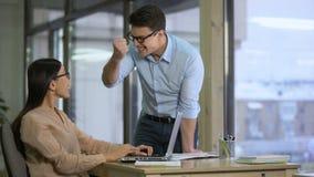 Het team van verkopers het lezen koppelt over bedrijf die op laptop terug, zich bij resultaten verheugen stock videobeelden