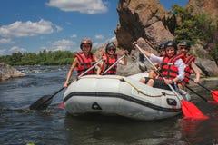Het team van vrouwen op het rafting royalty-vrije stock afbeeldingen