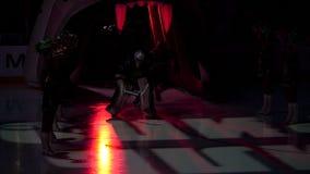 Het team van het winnaarhockey gaat arena door de mond van de sneeuwluipaard in stock footage