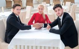 Het team van zakenlieden werkt aan het project stock afbeelding