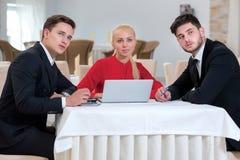 Het team van zakenlieden werkt aan het project stock afbeeldingen