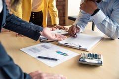 Het team werkt aan boekhoudingsdocumenten en het teamwerk togeth royalty-vrije stock afbeeldingen