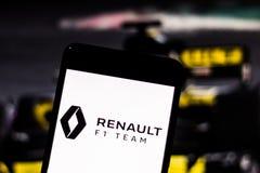 Het Teamembleem van Team Renault F1 op het mobiele apparatenscherm Renault-geschil het kampioenschap van de motorsportwereld stock afbeeldingen