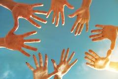 Het teamgroepswerk of het vriendschapsconcept met velen dienen cirkel in stock afbeelding