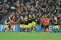 Het teamspelers van het Borussia Dortmund op de muur worden opgesteld die Stock Afbeelding
