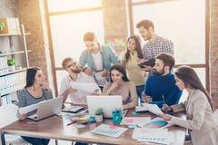 Het teamwerk en de teambouw zijn een succes Bezige startpartners stock afbeeldingen