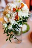 Het tedere boeket van roze, perzik en witte rozen bevindt zich in glas stock foto