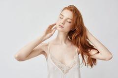 Het tedere naakt roodharige model stellen met gesloten ogen stock afbeelding