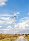 Het tegenover elkaar stellen met grote standalone windturbine en kleine windi Royalty-vrije Stock Afbeelding