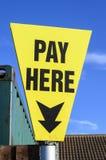 Het teken betaalt hier Stock Foto