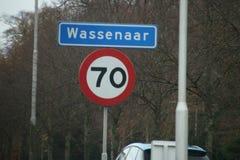 Het teken bij grens van stad van Wassenaar in Nederland met ook verzendt teken in kilometers royalty-vrije stock afbeelding