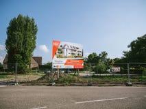 Het teken die van de ontwikkelaar nieuwe woningbouw adverteren door Stradim Royalty-vrije Stock Foto's