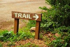 Het teken en de pijl van de sleep bij hout trailhead Royalty-vrije Stock Foto