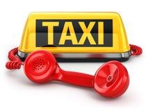 Het teken en de telefoon van de taxiauto op witte achtergrond Stock Foto