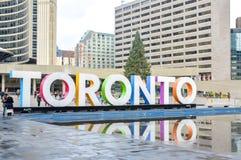 Het teken en Nathan Phillips Square van Toronto in Toronto royalty-vrije stock afbeeldingen