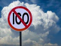 Het teken geen ICO op de achtergrond van hemel met wolken royalty-vrije stock afbeelding
