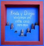 Het teken met de inschrijving ` Frida en Diego leefde hier ` in Frida Kahlo Museum in Mexico-City Stock Fotografie