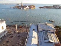 Het Teken` s Vierkant van San Giorgio Maggiore Island en St zoals die van Campanile Klokketoren, Venetië wordt gezien Stock Foto