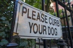 Het teken te houden gelieve uw hond in bedwang royalty-vrije stock fotografie