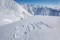 het teken van 2014 bij sneeuw wordt getrokken die Stock Foto