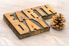 Het teken van de aardedag in letterzetsel houten type Royalty-vrije Stock Afbeeldingen