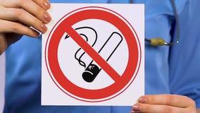 Het teken van de artsenholding verbieden die, kliniek voor behandeling van gewijde mensen roken stock footage