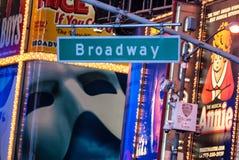 Het teken van de Broadwaystraat door advertenties wordt gesteund die Stock Foto's