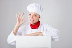Het Teken van de chef-kok Vrouwenkok/bakker die over document tekenaanplakbord kijken Verraste en grappige uitdrukkingsvrouw op w Stock Foto's