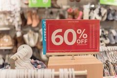 Het teken van de close-upkorting van 60 percenten weg bij klerenopslag stock fotografie