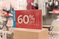 Het teken van de close-upkorting van 60 percenten weg bij klerenopslag royalty-vrije stock afbeeldingen