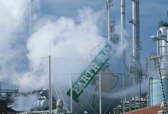 Het teken van de Dag van de aarde bij olieraffinaderij Royalty-vrije Stock Afbeeldingen