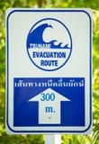 Het teken van de de evacuatieroute van Tsunami Stock Foto
