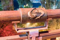 Het teken van de dierenriemvissen op de brug van de het Dit wensen Brug thered binnen licht van een schijnwerper op oude stad Yaf Royalty-vrije Stock Fotografie