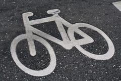 Het teken van de fiets op de weg Stock Foto's