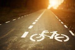 Het teken van de fietssteeg op cycleway bij zonsondergang Royalty-vrije Stock Fotografie