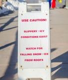 Het teken van de gebruiksvoorzichtigheid bij een sneeuw ijzig en glad gebied royalty-vrije stock foto