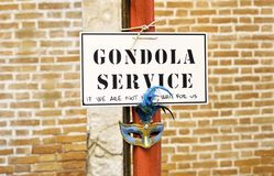 Het teken van de gondeldienst in Venetië stock afbeeldingen