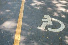 Het teken van de handicapsteeg op straat stock foto