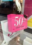 Het teken van de de holdingsverkoop van de boutiqueledenpop op het winkelen zak stock afbeelding