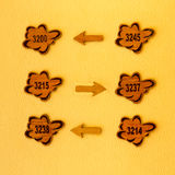 Het teken van de hotelgids op een gele muur Stock Foto's