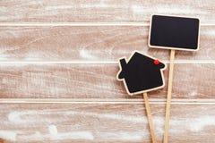 Het teken van de huisverkoop op houten achtergrond Royalty-vrije Stock Foto's