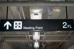 Het teken van de de informatieraad van het vergaderingspunt bij internationale luchthaventerminal Royalty-vrije Stock Afbeeldingen