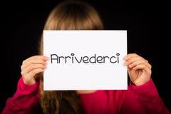 Het teken van de kindholding met Italiaans woord Arrivederci - zie later u royalty-vrije stock afbeelding
