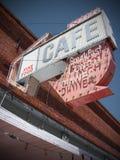 Het teken van de koffie bij de oude verlaten bouw Stock Fotografie