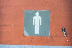 Het teken van de mensen` s badkamers in oude deur Stock Foto