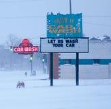 Het teken van de neonautowasserette in sneeuwonweer. Royalty-vrije Stock Afbeeldingen