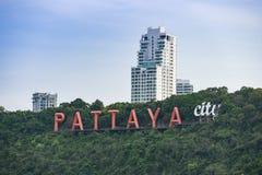 Het teken van de Pattayastad op heuvel dichtbij het satellietbeeld van het pattayastrand van Chonburi Thailand stock fotografie