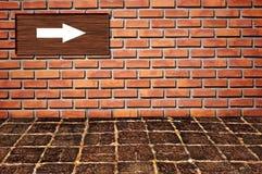 Het teken van de pijl op brickwallpatroon Royalty-vrije Stock Foto's