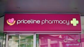 Het teken van de Pricelineapotheek boven de ingang aan de drogisterij op de Straat van Oxford in Sydney CBD Stock Foto's