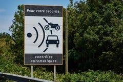 Het teken van de snelheidscontrole op de route nationale N165 stock afbeelding